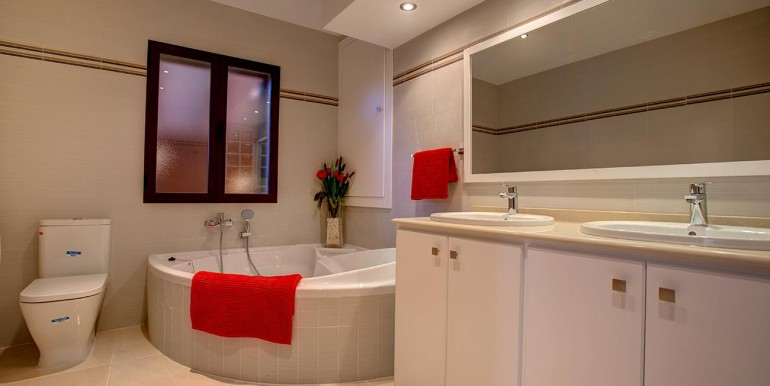 Fully refurbished 4 bedroom villa in Spain red Bath 1
